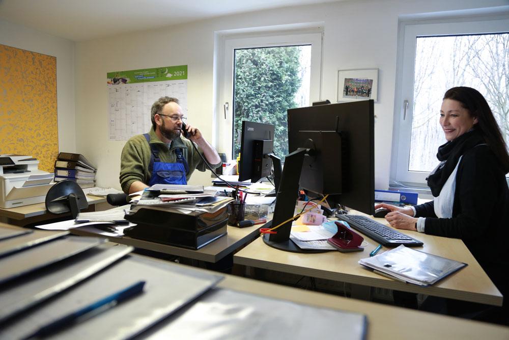 Peter fray und mitarbeiterin im buero